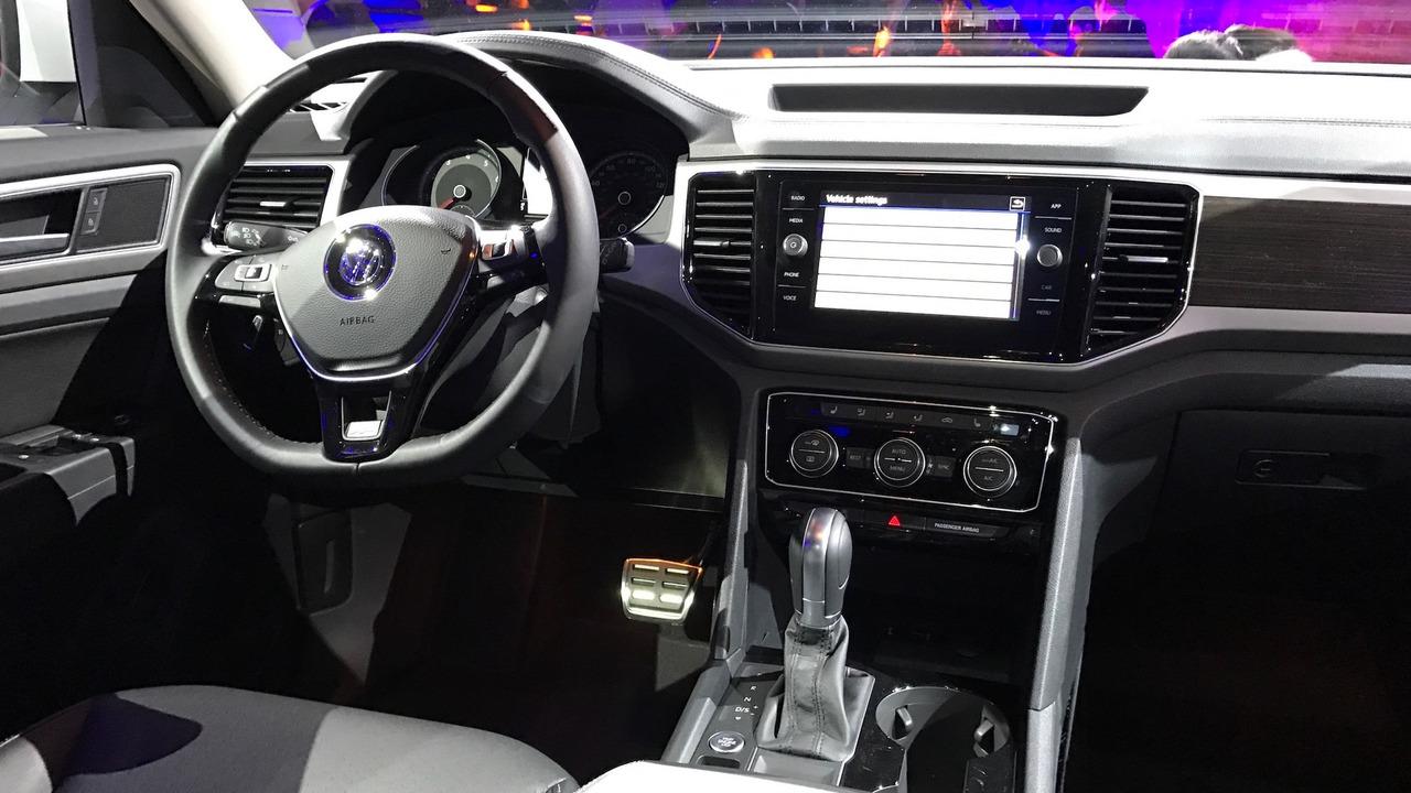 VW Atlas R-Line shows its sporty side in Detroit