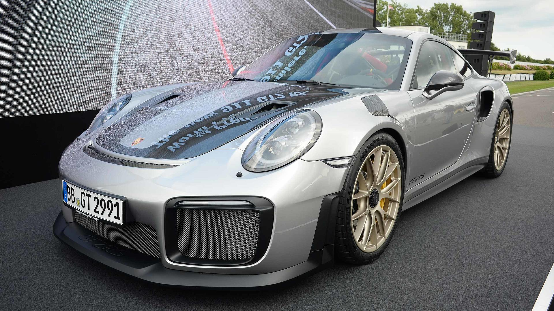 porsche 911 gt2 rs storms into goodwood with 690 hp 553 lb ft. Black Bedroom Furniture Sets. Home Design Ideas