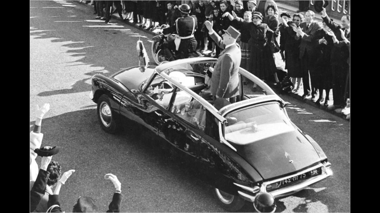 Charles de Gaulle, französischer Staatspräsident von 1959 bis 1969, winkt aus einer offenen Version des Citroën DS (oft zärtlich déesse, also Göttin genannt).