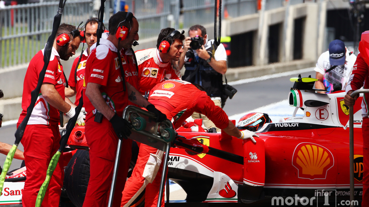 Kimi Raikkonen, Ferrari SF16-H in the pits