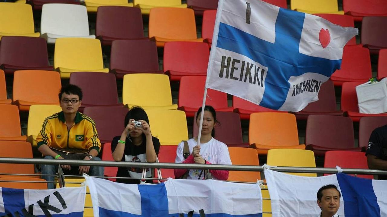 Heikki Kovalainen (FIN), McLaren Mercedes flag and fan, Chinese Grand Prix, Friday, 17.10.2008 Shanghai, China