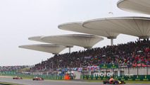 Daniel Ricciardo, Red Bull Racing RB13, leads Kimi Raikkonen, Ferrari SF70H and Sebastian Vettel, Ferrari SF70H