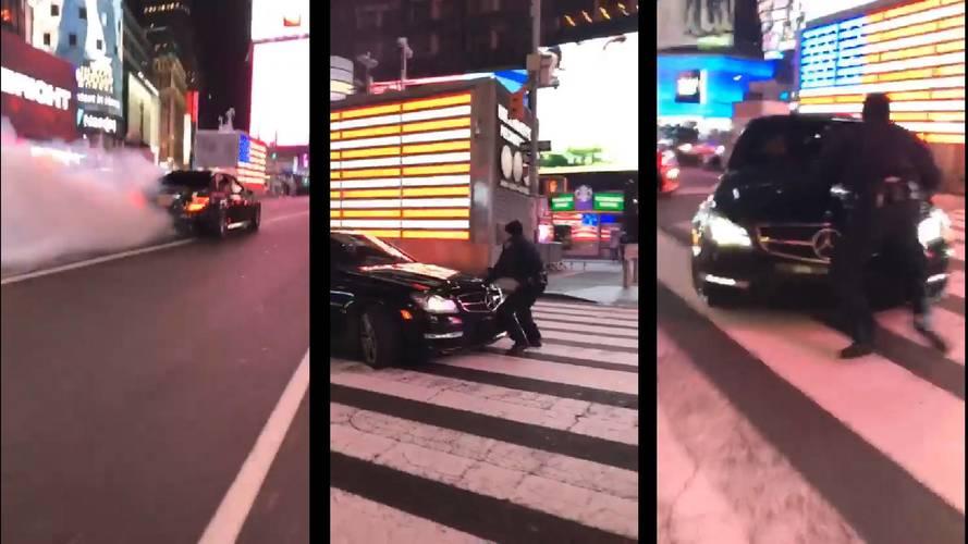 Rendőr vs. Mercedes: filmbe illő jelenet zajlott a Times Square-en