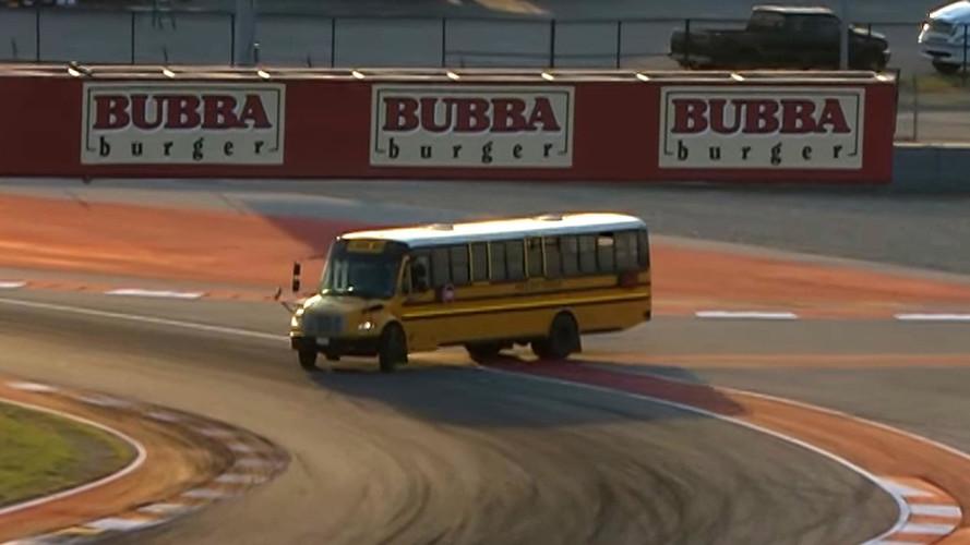 Kendini yarış aracı sanan okul otobüsü F4 yarışına karıştı!