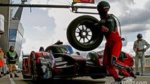 #7 Audi Sport Team Joest Audi R18: Marcel Fässler, Andre Lotterer, Benoit Tréluyer pit action