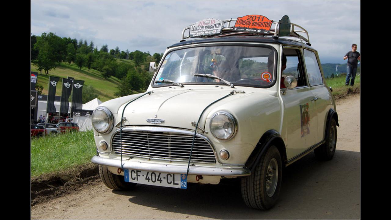 Für viele Teilnehmer des IMM ist es nicht das erste Treffen dieser Art. Beliebt ist auch die Teilnahme an Oldtimer-Rallyes, wie die Schilder am Dachgepäckträger bezeugen.