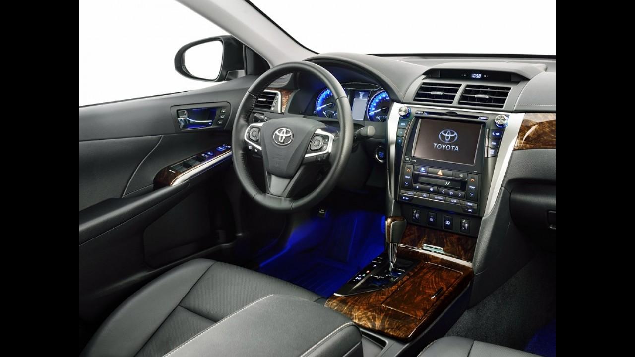 Toyota Camry reestilizado já está no Brasil por R$ 158,6 mil