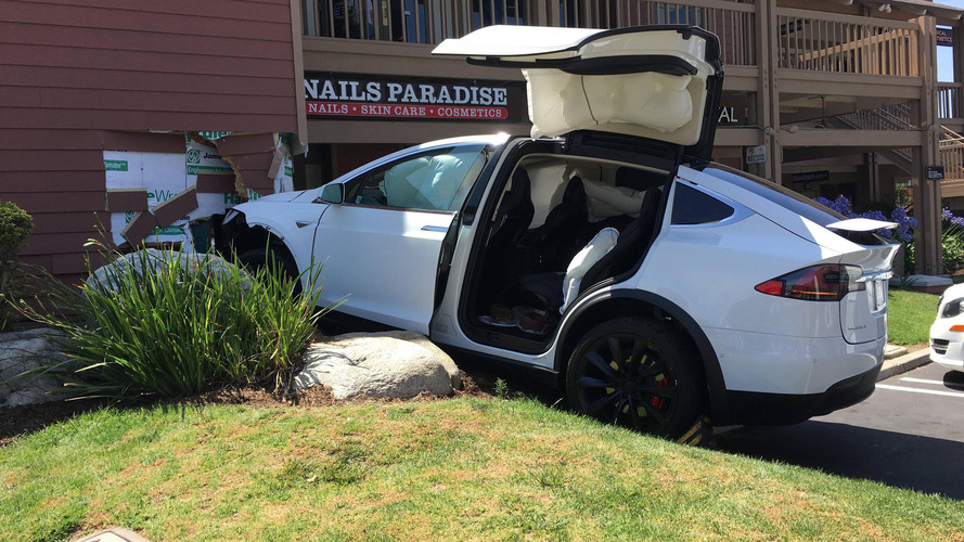 Owner alleges Model X crashed itself, Tesla says otherwise