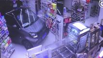 Carro entre em loja de conveniência