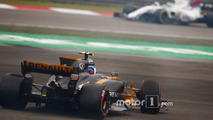 Jolyon Palmer, Renault Sport F1 Team RS17, spins off on slick tyres, ahead of Felipe Massa, Williams FW40