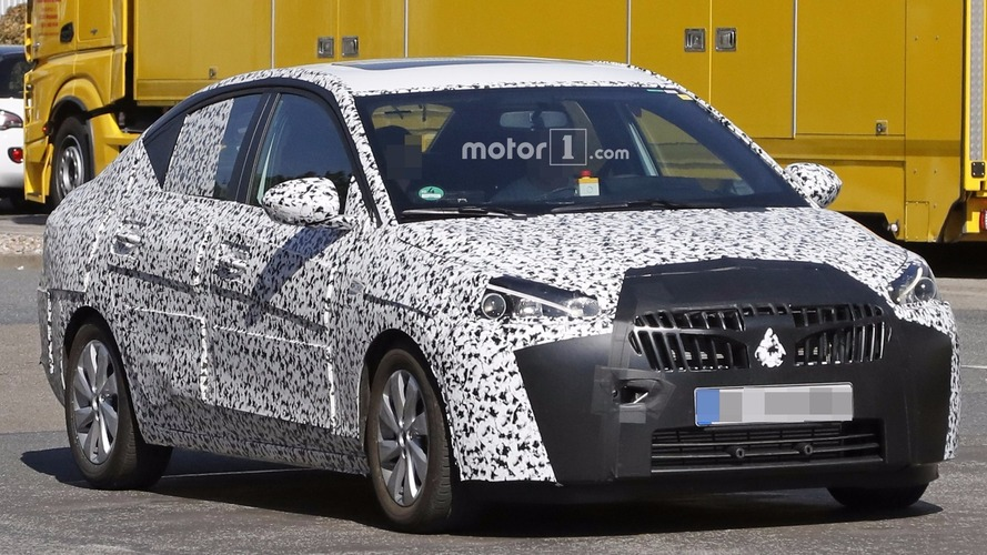 Photos espion - La future Opel Corsa Sedan surprise en cours d'essais