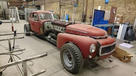 ¡Atento! Esto es un Volvo clásico, de 1960, con un motor de tanque