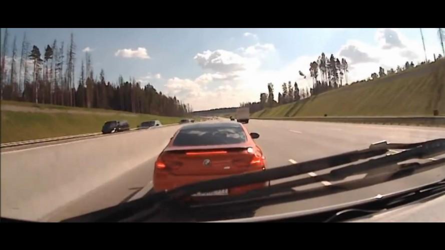 Vídeo: motorista de BMW M6 bloqueia passagem de ambulância para