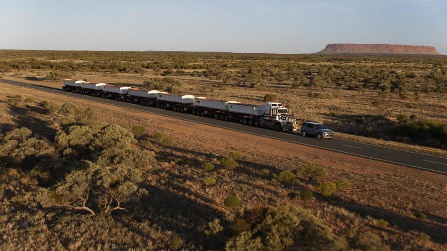 2018 Land Rover Discovery tracte un train routier de 110 tonnes