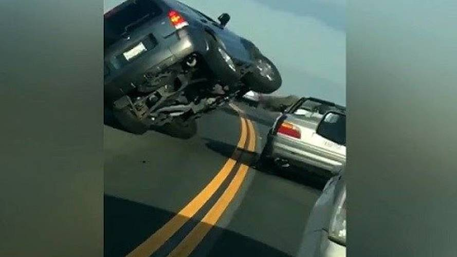 Öfkeli adam trafikte aracına takla attırdı