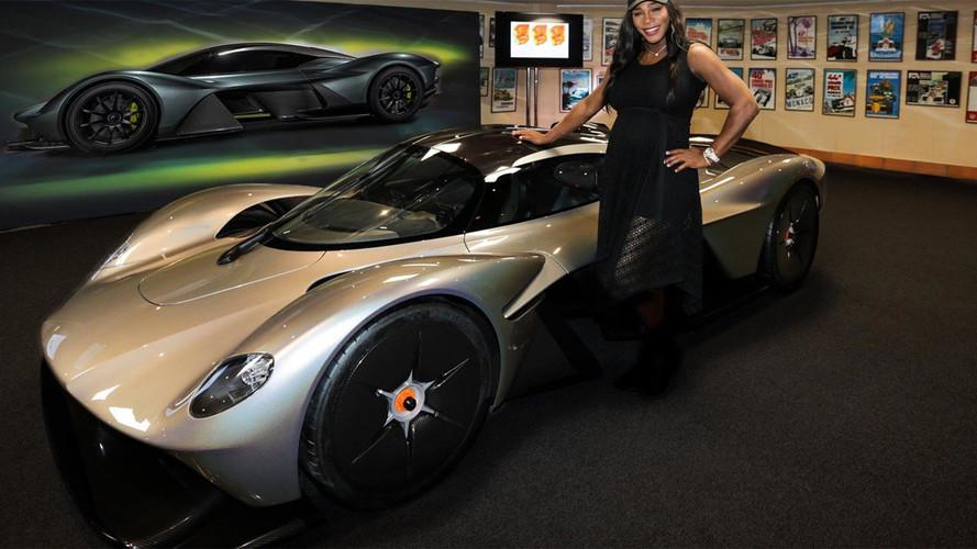 Sorozatgyártáshoz közeli változatban tűnt fel az Aston Martin Valkyrie