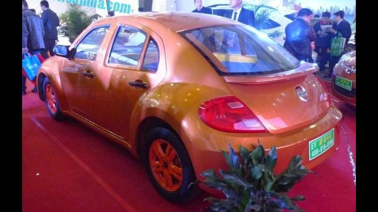 """Chinesa cria """"Fusca elétrico"""" 5 portas com emblema copiado da Nissan e logo da Volvo"""