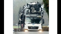 Caminhão cegonha fica preso em ponte e destrói vários Focus novinhos