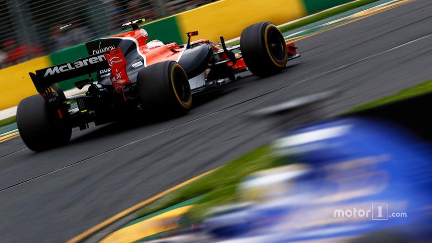 Stoffel Vandoorne, McLaren MCL32, leads Marcus Ericsson, Sauber C36