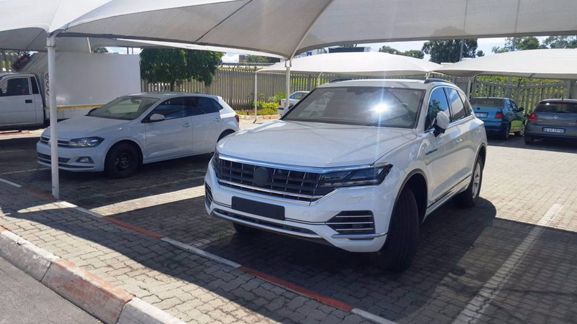 2018 vw touareg spotted off guard without any camouflage. Black Bedroom Furniture Sets. Home Design Ideas