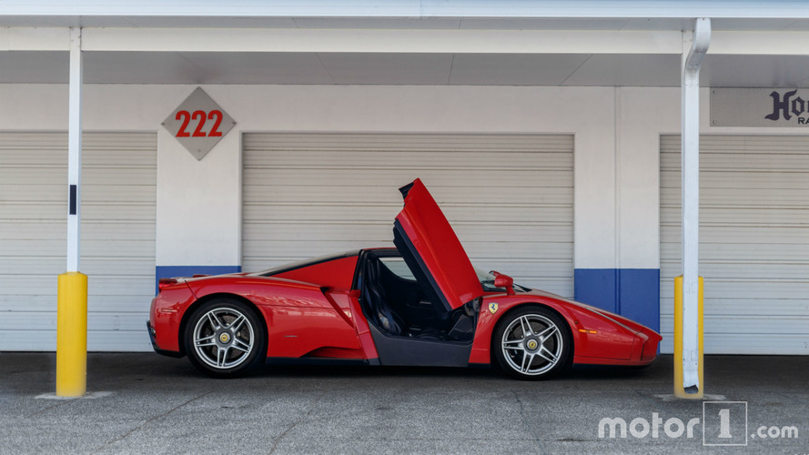 PHOTOS - Une Ferrari Enzo pose pour un shooting improvisé