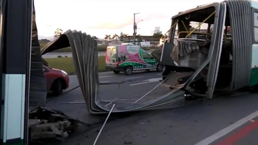 Ônibus articulado se parte no meio e viraliza na internet