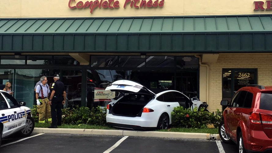 Another Model S crashes, driver claims no fault, Tesla disagrees