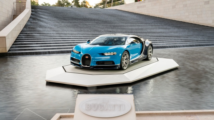 Bugatti Chiron Paris'teki Louis Vuitton Vakfında poz verdi