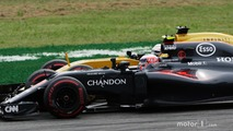 Jenson Button, McLaren MP4-31 and Kevin Magnussen, Renault Sport F1 Team RS16 battle for position