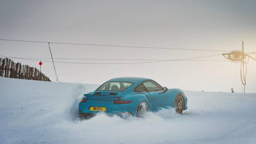Porsche 911 Turbo S, dört çekeriyle kar parkurunda