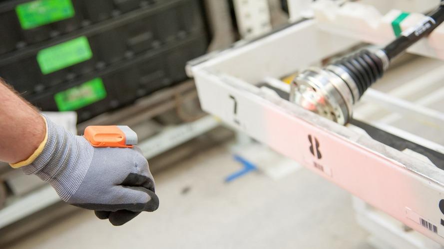 Skoda üretim bandında 'akıllı' eldivenler kullanacak