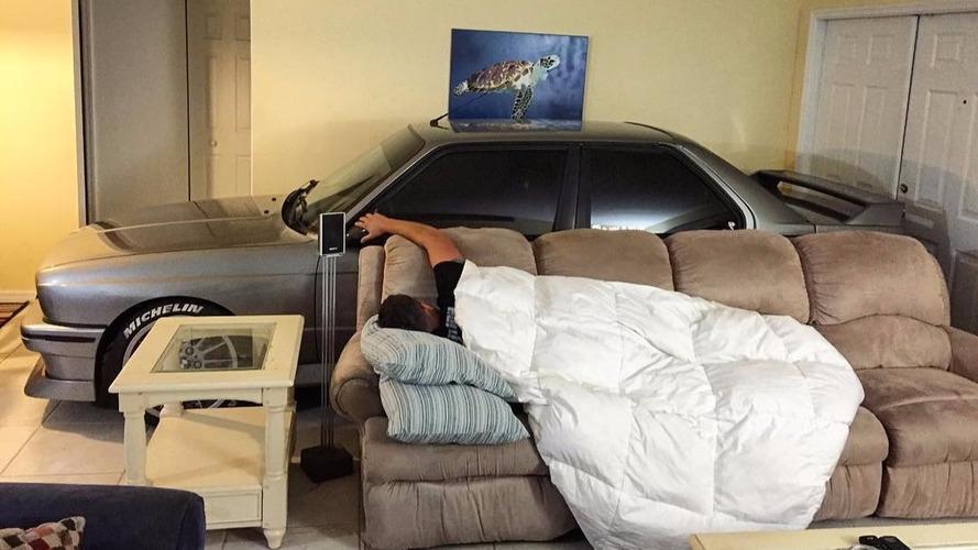 Il gare sa BMW dans son salon pour la protéger de l'ouragan Matthew