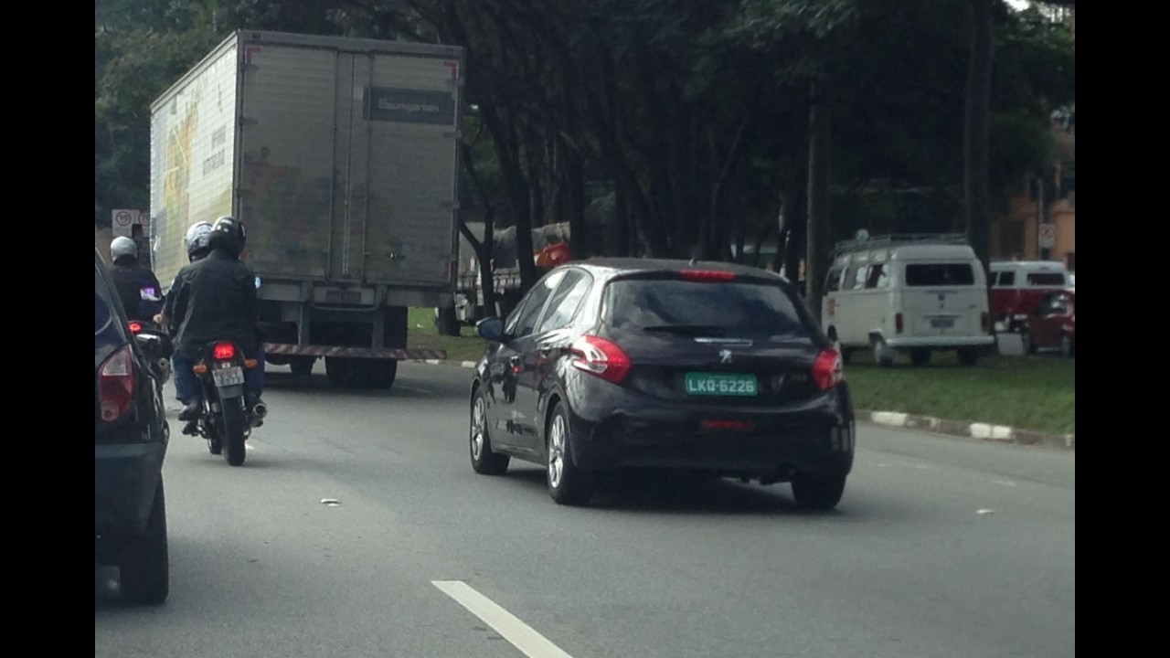 Flagra: Peugeot prepara versão intermediária do 208