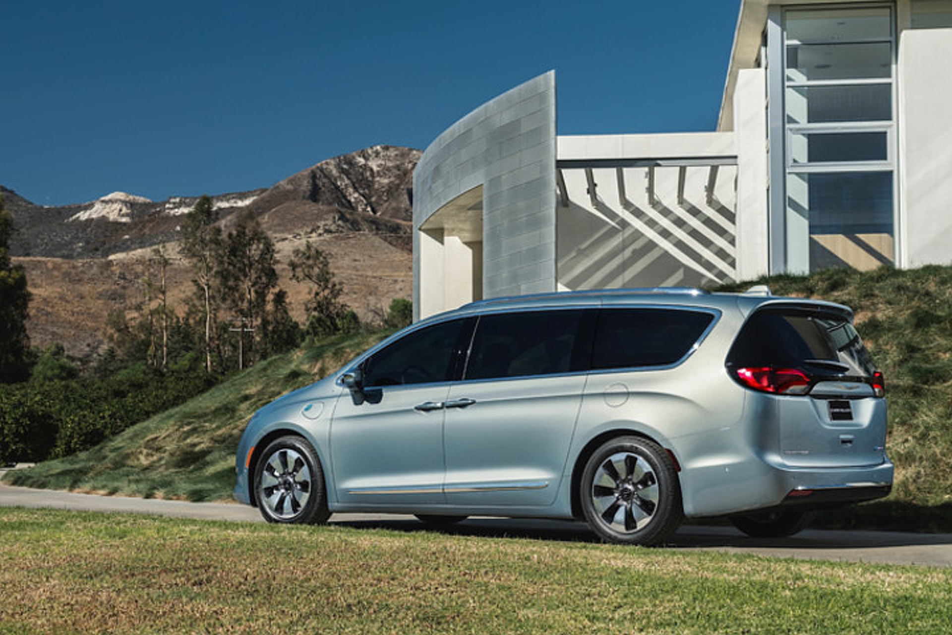 """Pacifica"" is How Chrysler Says ""Town & Country"" in 2017"