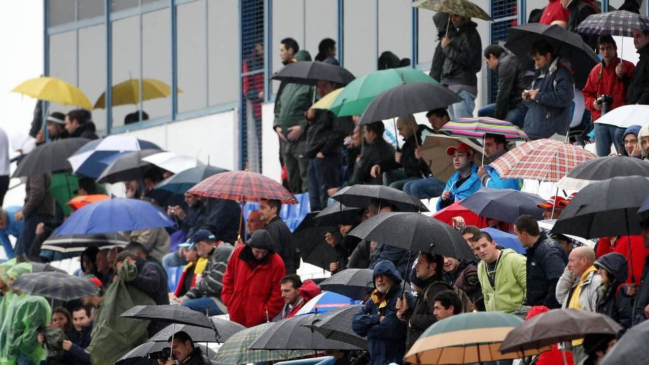 Fans watch the testing in the rain - Formula 1 Testing, 10.02.2010 Jerez, Spain