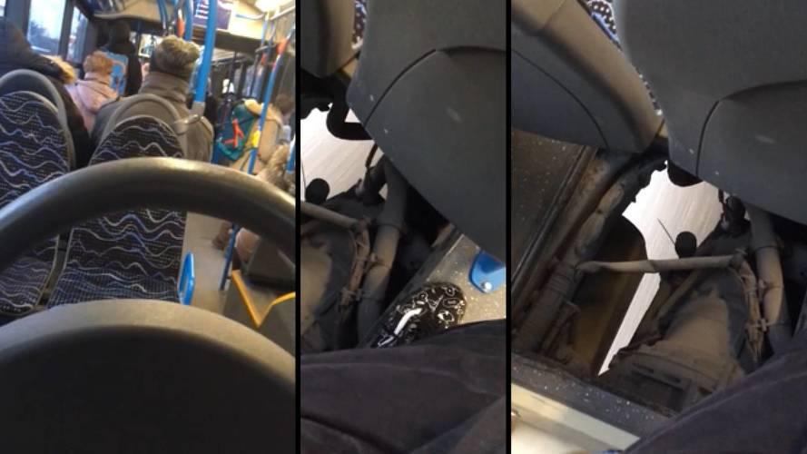 Óriási lyukkal a padlóján szállít utasokat a 45-ös busz