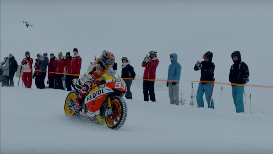 Marc Marquez mostra habilidade com moto sobre a neve