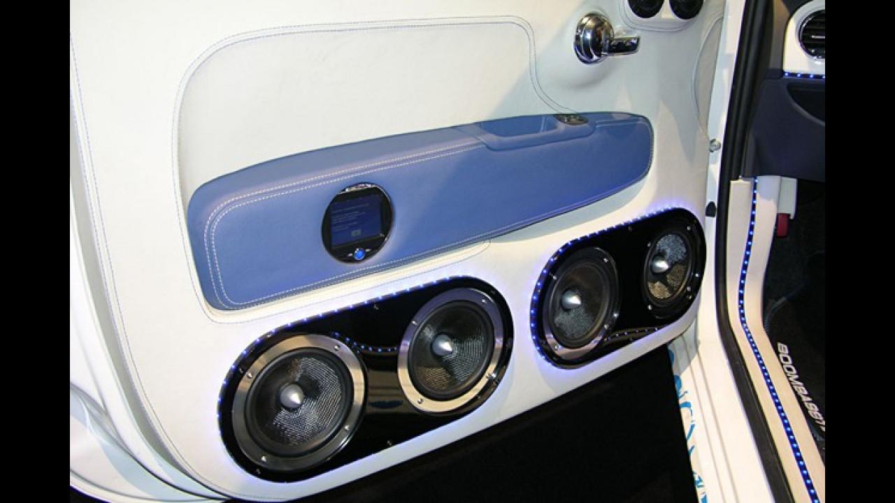 In der Tür des Kleinen tönen zwei von Lichtschläuchen umspannte Lautsprecher